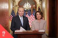 Les démocrates Nancy Pelosi et Chuck Schumer. William Galston estime qu'il faut aller plus loin : l'élite ne peut se contenter d'une approche gestionnaire du pouvoir et doit se réconcilier avec la vertu civique du commandement.  ©CHIP SOMODEVILLA
