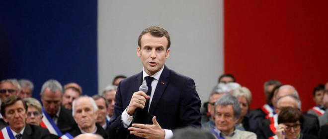 Emmanuel Macron entouré de maires de la région Occitanie à Souillac, dans le Lot.
