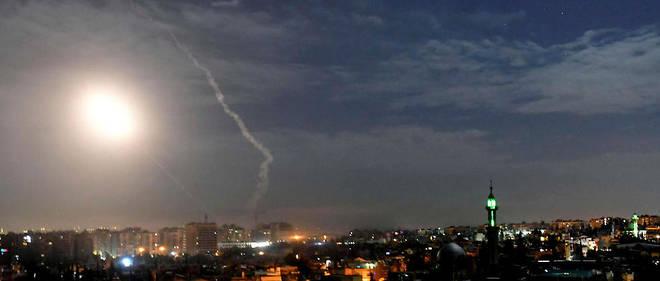 Photos de missiles illuminant la nuit damascène près de l'aéroport international de Damas, le lundi 21 janvier.