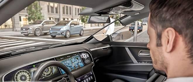 Un système de caméra et d'écrans permet de voir au travers des montants du pare-brise.