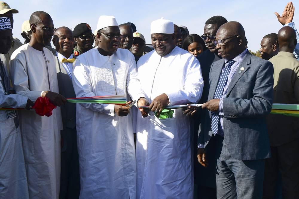 Le président sénégalais Macky Sall à gauche et le président gambien Adama Barrow ont coupé le ruban lors de la cérémonie d'inauguration d'un pont construit pour faciliter les échanges entre le nord et le sud du Sénégal.  ©  AFP / Seyllou
