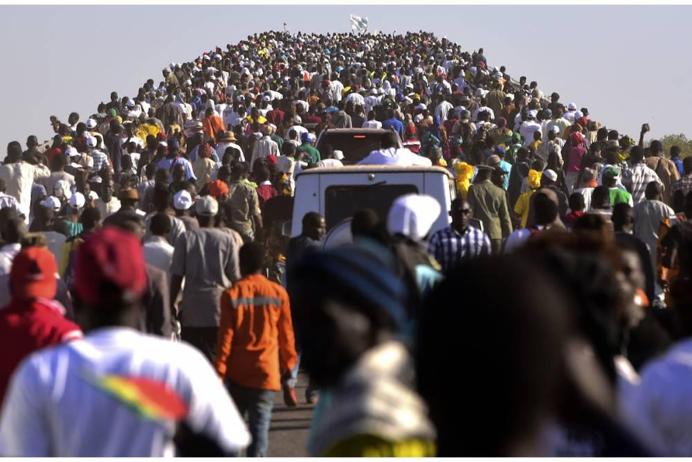 Les gens traversent le pont Farafenni après son inauguration par le président du Sénégal et le président de la Gambie le 21 janvier 2019 à Farafenni. ©  AFP / Seyllou