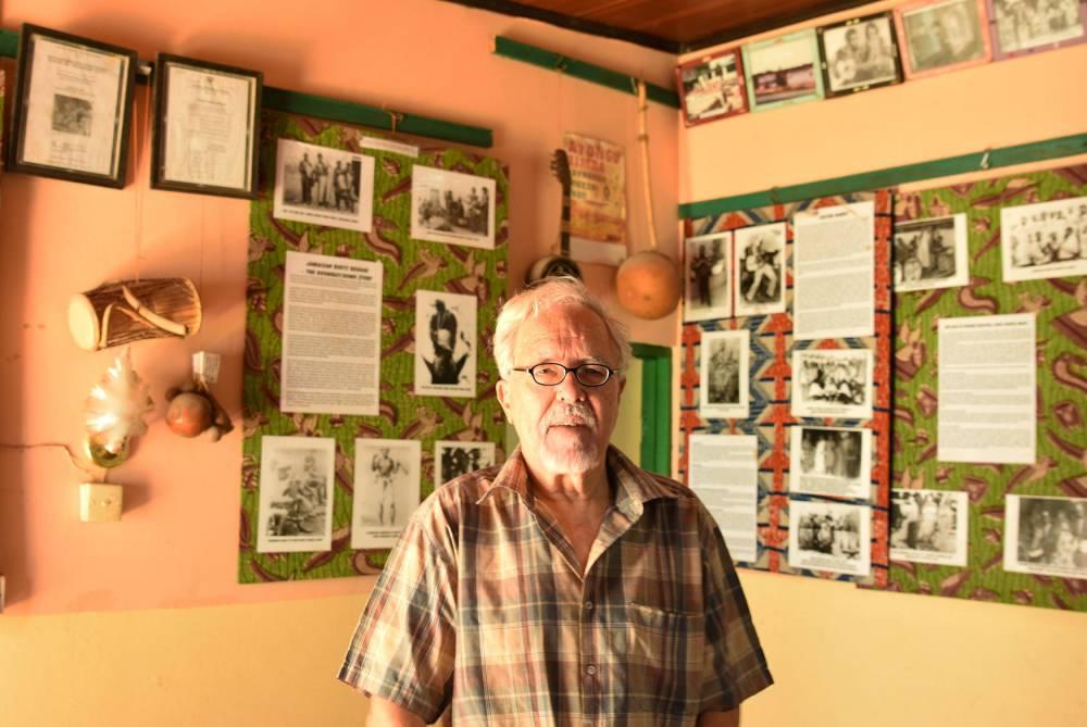 Le musicien et spécialiste du highlife John Collins dans son musée à Accra.  ©  Justine Boulo