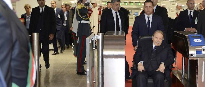 Une image publiée par le service de presse algérien officiel (APS) montre le président algérien Abdelaziz Bouteflika arrivant pour l'inauguration d'une mosquée et l'extension du métro d'Alger, dans la capitale Alger, le 9 avril 2018.