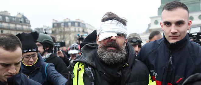 Blessé à l'œil, Jérôme Rodrigues a été évacué par les pompiers du cœur de la place, puis hospitalisé.