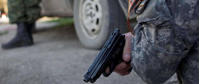 Un milicien pro-russe en Crimee en mars 2014.