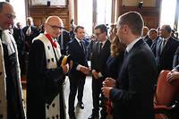 Didier Migaud, le premier président de la Cour des comptes, accueille le président de la République, en janvier 2018, pour l'audience solennelle de rentrée de l'institution, en présence du ministre des Comptes publics, Gérald Darmanin, et d'Olivier Dussopt, secrétaire d'État.