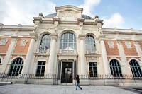 Façade de la Manufacture des Gobelins, située dans le 13e arrondissement parisien. Fondée par Henri IV en 1607, elle fait aujourd'hui partie du Mobilier national et des manufactures nationales de tapis et tapisseries, et assure ainsi sa mission de conservation et de création des œuvres de tapisseries, ainsi que de transmission des techniques traditionnelles.