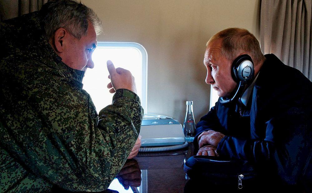 L'œil de Moscou. Le président et son ministre de la Défense, Sergueï Choïgou, en septembre 2018. Ce dernier, nommé à ce poste par Poutine en 2012, contrôle le GRU, dont il souhaite l'extensiondes missions.