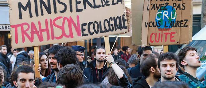 Près du ministère de l'Écologie à Paris, plus de 200 jeunes se sont réunis.