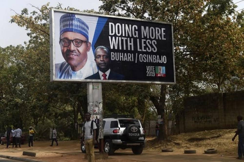Une affiche du parti au pouvoir, le 19 février 2019, à Abuja, la capitale fédérale.  ©  Pius Utomi Ekpei/AFP