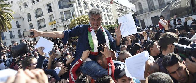 Rachid Nekkaz et ses supporteurs devant l'hôtel de ville d'Alger le 23 févreir 2019.