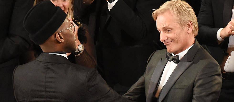 <p>Mahershala Ali et Viggo Mortensen se félicitent après le sacre de « Green Book », statuette du meilleur film.</p>