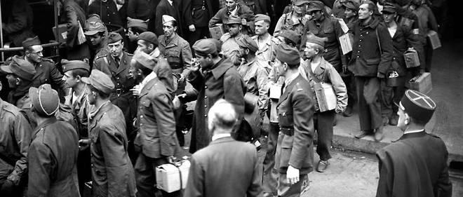 """Des """"malgré-nous"""" alsaciens et mosellans de retour à Paris en septembre 1945. Le secrétariat d'État des Anciens combattants a indiqué enquêter pour savoir si les bénéficiaires de cette prestation sont bien des victimes, à l'instar des personnes incorporées de force, ou des collaborateurs actifs du régime nazi."""