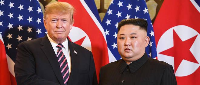 Les deux hommes se sont serré la main devant une rangée de drapeaux américains et nord-coréens.