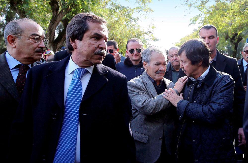 Clan. Nacer (à g., cravate bleue) et Saïd Bouteflika (à dr., veste matelassée) en décembre 2017à Alger, aux funérailles du général Ataïlia.