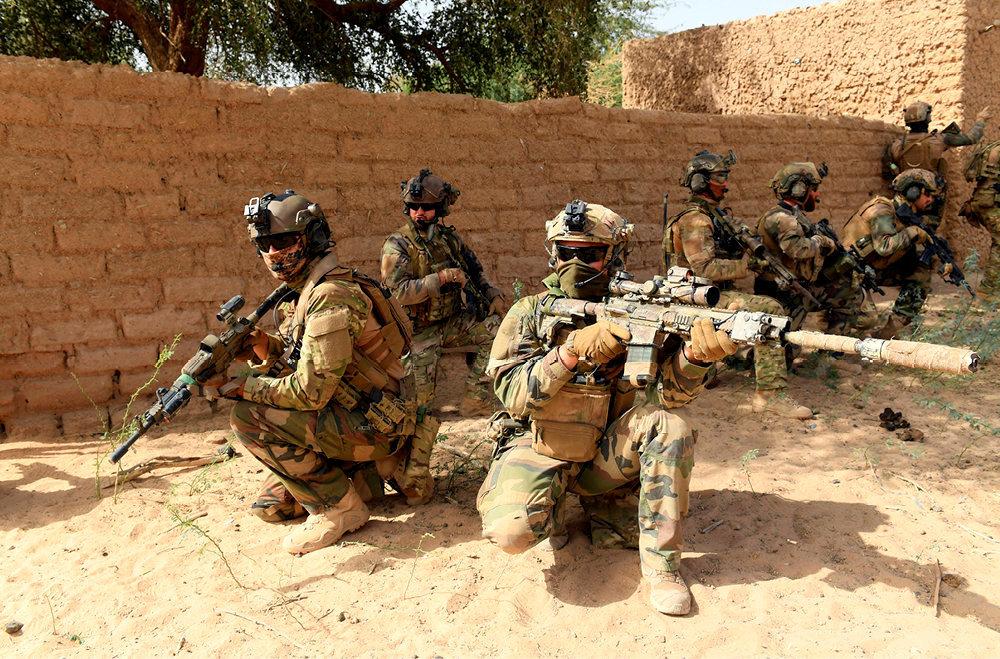 Silence et furtivité. A la frontière du Mali et du Niger, dans le désert du Liptako, le 6février. Les commandos de montagne français de l'opération Barkhane quadrillent un village vidé de ses habitants par l'Etat islamique dans le Grand Sahara.