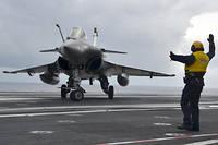 Un Rafale de la Marine nationale vient d'apponter sur le Charles de Gaulle, fin janvier en Méditerranée.