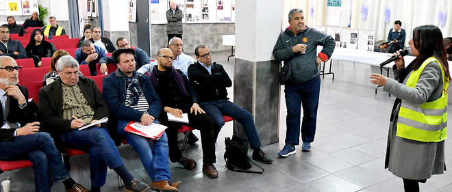 Débat organisé près du marché aux puces du 15e arrondissement de Marseille, à l'initiative du président de l'association qui gère la mosquée El-Islah, Azzedine Aïnouche.