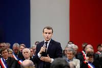 Emmanuel Macron entouré de maires de la région Occitanie à Souillac, dans le Lot.  ©LUDOVIC MARIN