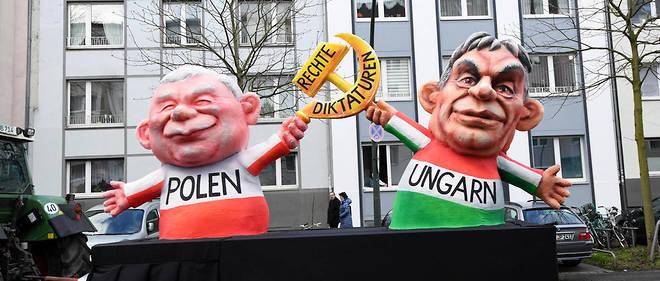 Des caricatures du leader polonais Jaroslaw Kaczynski et du Premier ministre hongrois lors du carnaval de Düsseldorf, en Allemagne.