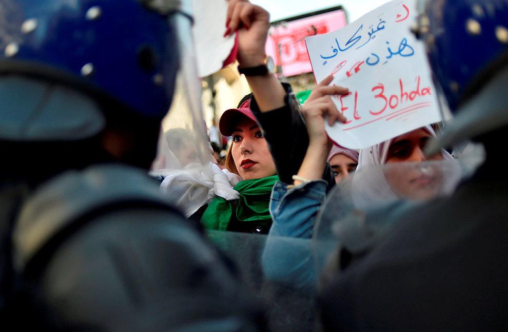 Non. Des étudiantes manifestent contre la candidature d'Abdelaziz Bouteflika pour un cinquième mandat présidentiel, à Alger, le5mars.