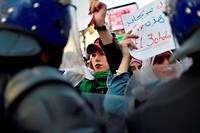 Non.  Des étudiantes manifestent contre la candidature d'Abdelaziz Bouteflika pour un cinquième mandat présidentiel, à Alger, le5mars.  ©RYAD KRAMDI