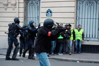 Policier armé d'un lanceur à balle de défense (LBD 40) lors d'une manifestation de Gilets jaunes, à Paris le 9 février.  ©ZAKARIA ABDELKAFI