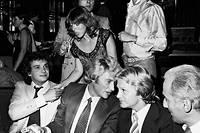 Claude Francois et Johnny Hallyday lors du diner d'ouverture de l'Élysées Matignon en septembre 1977.