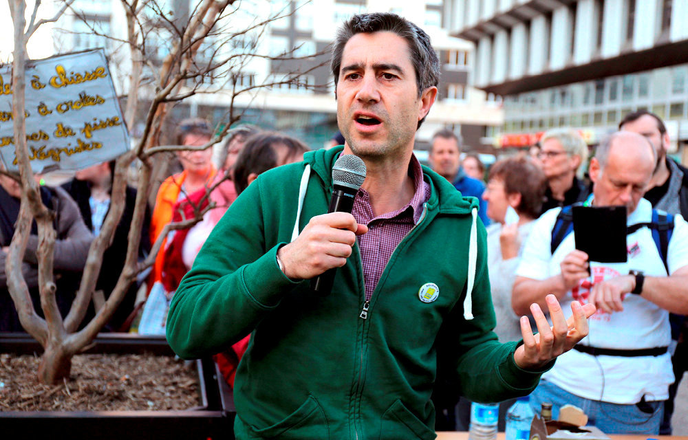 «Député-reporter». François Ruffin lors d'une manifestation des gilets jaunes au Mans, le 23février. Il venait également présenter le documentaire qu'il a réalisé avec Gilles Perret sur le mouvement social.