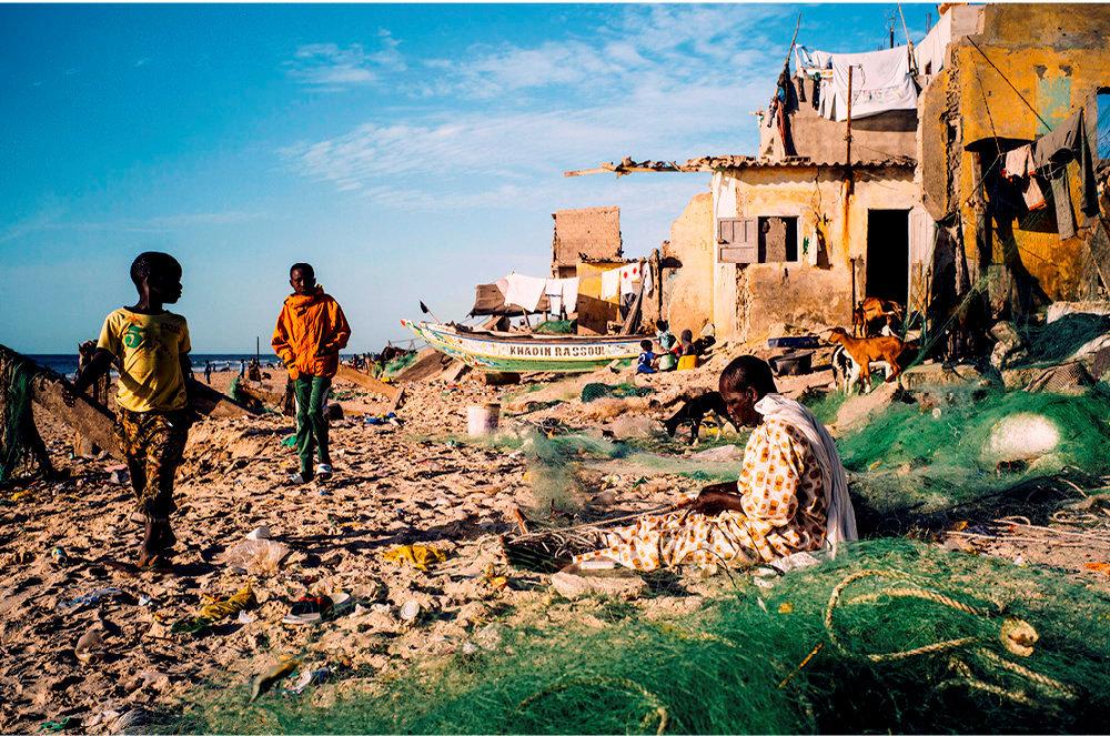Avenir incertain. Sur la plage du village de Guet Ndar (Langue de Barbarie), des habitants ont installé chèvres et filets parmi les ruines des maisons sur le littoral, lentement rongé par les assauts de l'océan.