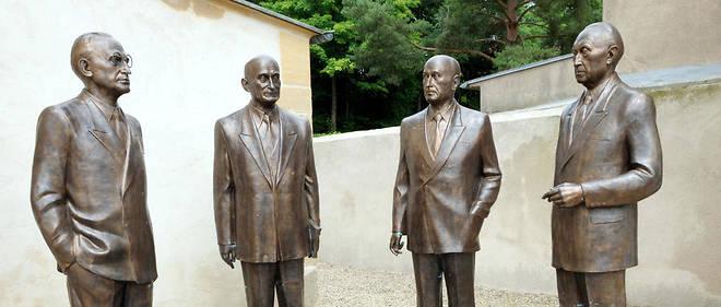 Sculpture représentant les pères de l'Europe : Konrad Adenauer, Robert Schuman, Alcide de Gasperi et Jean Monnet (de gauche à droite), à Scy-Chazelle.