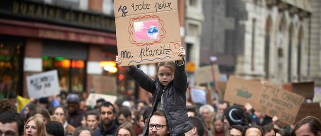Plusieurs milliers de manifestants ont marché pour la planète vendredi à Touloise, une journée avant les Gilest jaunes.