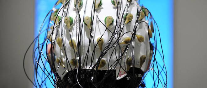 Une interface permet à des personnes atteintes de paralysie généralisée de communiquer via la détection d'ondes P300 par un casque EEG.