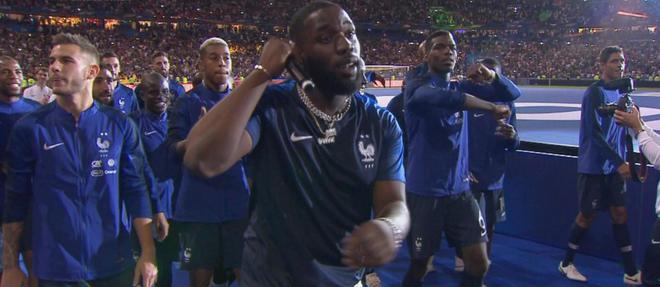 Le tour d'honneur des Bleus le 9 septembre au Stade de France avec le rappeur Vegedream, auteur du titre « Ramenez la coupe à la maison ».