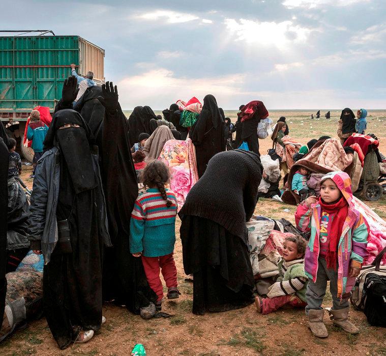 Départ. Ces femmes et leurs enfants  ont été évacués de Baghouz. Les soldats des Forces démocratiques syriennes les font embarquer, le 23février, dans des camions à destination du camp d'Al-Hol, à plusieurs heures de route.