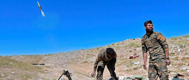 Les combattants kurdes des FDS effectuent des tirs de mortier sur les dernières positions tenues par l'EI à Baghouz.