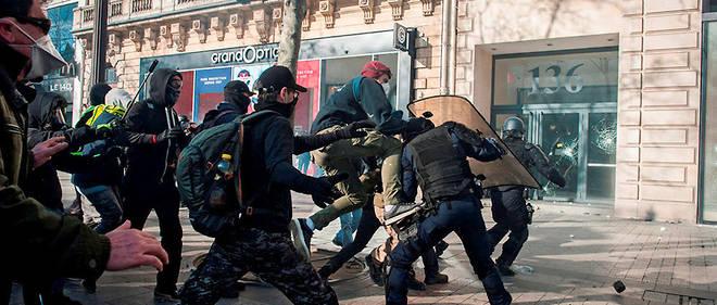 Guérilla. Le 16mars sur les Champs-Élysées, des Black blocs, dont certains venus d'Allemagne et d'Italie, se sont déchaînés sur les forces de l'ordre. Des gendarmes mobiles se sont retouvés isolés (ci-dessus) et frappés à terre.