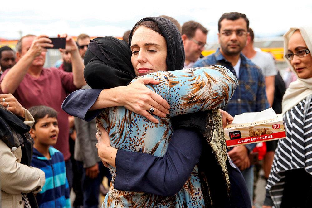 Hommage. A Christchurch, deux jours après l'attentat qui a ciblé, le 15mars, deux mosquées de la ville et provoqué la mort de50personnes, la Première ministre Jacinda Ardern réconforte une des proches de victimes.