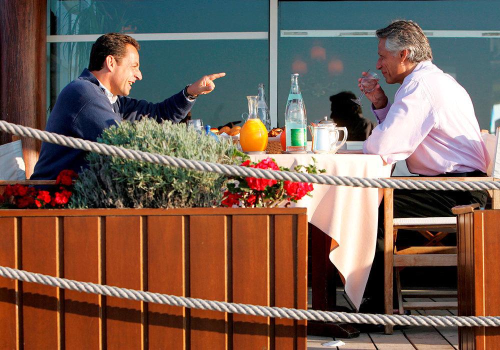 Rivalité. Le Premier ministre Dominique de Villepin et le ministre de l'Intérieur, président de l'UMP, Nicolas Sarkozy s'expliquent, le 3septembre2005, lors d'un petit déjeuner en marge de l'université d'été de l'UMP, à La Baule.