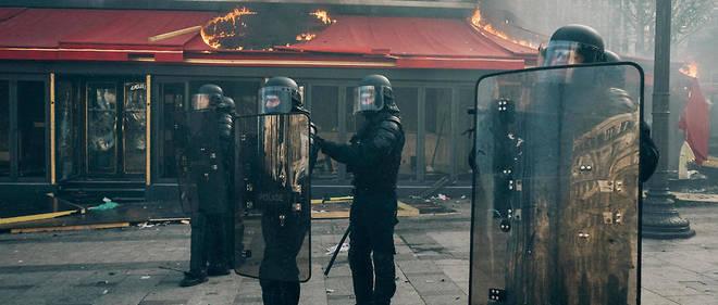 La célèbre brasserie des Champs-Élysées le Fouquet's a été incendiée et saccagée samedi 16 mars lors de la manifestation des Gilets jaunes.