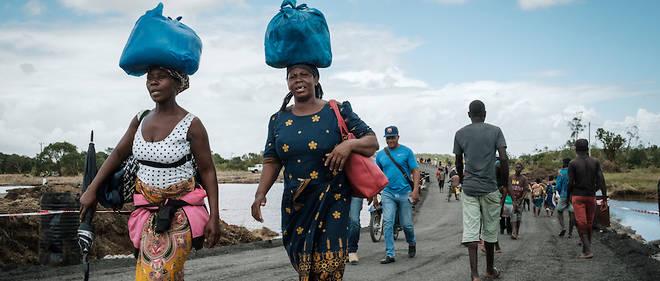 Des rescapés du cyclone tropical Idai sur les routes du Mozambique, du côté de Beira.