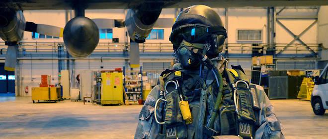 Une tenue de parachutiste, dans les hangars du commando parachutiste de l'air 10 (CPA10), près d'Orléans.