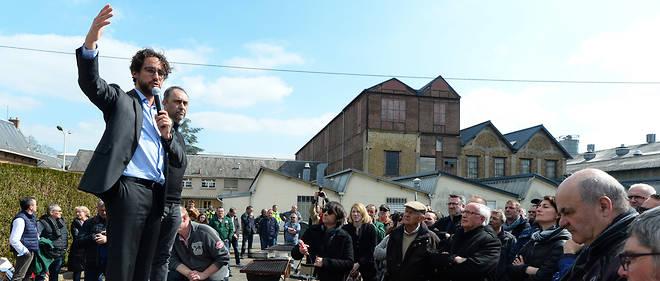 Thomas Hollande, l'avocat des salariés de l'usine Arjowiggins de Bessé-sur-Braye, devant les ouvriers le mercredi 27 mars.