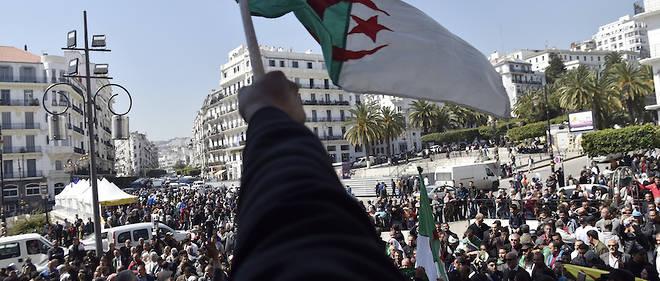 Après plus d'un mois de contestation, les Algériens voient s'ouvrir mercredi une nouvelle ère, aux contours incertains, au lendemain de la démission d'Abdelaziz Bouteflika.