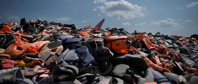 Sur une mer Égée agitée, les garde-côtes grecs sillonnent inlassablement la ligne de frontière avec la Turquie, à la recherche de migrants qui iront ensuite gonfler la population du camp de Moria à Lesbos.