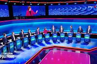 Les douze candidats lors du débat.