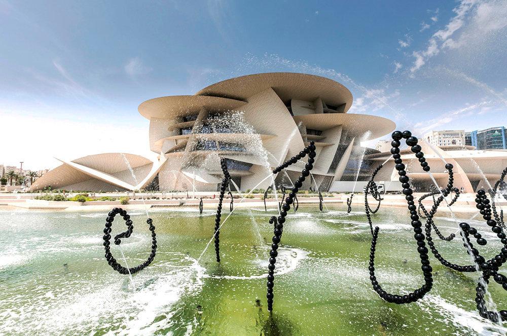 Calligraphie. Les fontaines de perles de Jean-Michel Othoniel accueillent les visiteurs de la rose des sables de Jean Nouvel qui abrite le Musée national du Qatar, inauguré le 27mars.