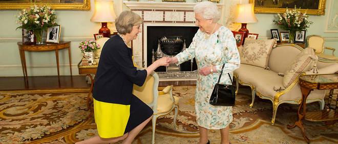Theresa May fait la révérence devant la reine après que celle-ci l'a assignée à former un gouvernement, le 13 juillet 2016.