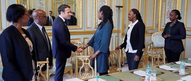 Le président français Emmanuel Macron (à gauche) a rencontré les représentants français de l'association Ibuka pour la mémoire du génocide rwandais, deux jours avant le 25e anniversaire du génocide de 1994, au palais présidentiel de l'Élysée à Paris le 5 avril 2019.